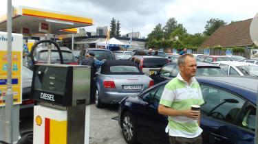 Shell fejrer, at danskerne har sparet benzin - til glæde for miljøet - med at give benzin væk. Et mediestunt, som før har fået bilejere til at opsøge en timelang kø som her.