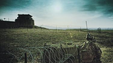 Både regeringen og forsvaret har grund til at frygte reaktionerne på den kontroversielle krigsdokumentar 'Armadillo', der rammer biograferne i morgen, mener medieprofessor