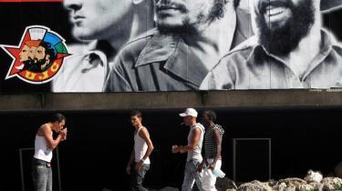Et stigende antal unge i 20'erne og 30'erne forlader Cuba for at opfylde de mål for fremtiden, som de ikke mener er realistiske at sigte efter på øen. Her har Raul Castro nemlig skuffet mange, fordi han tilsyneladende ikke tør gennemføre de   mere dybdegående reformer, mens hans bror Fidel endnu spøger i kulissen. Og det var   de reformer, som mange unge har set frem til.