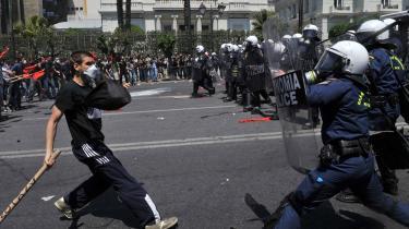 'I 2008 var det bankernes gæld, som udløste krisen, men nu er problemet EU-landenes statsgæld, hvilket er meget mere alvorligt,' siger økonomen Loretta Napoleoni med henvisning til blandt andet situationen i Grækenland. Billedet her er fra begyndelsen af maj, hvor det kom til voldsomme sammenstød mellem demonstranter og politiet i Athen.