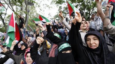 Den tyrkiske premierminister Erdogan rasede i går mod Israel efter aktionen mod nødhjælpskonvojen. En aktion, Erdogan kalder for 'stats-terrorisme', og som også fik demonstranter på gaderne i adskillige lande - her ved   den israelske ambassade i Ankara i Tyrkiet.