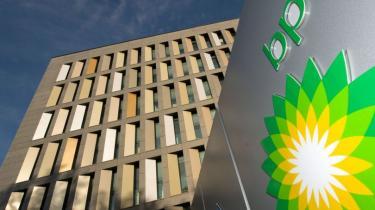 Det britiske olieselskab BP's aktier styrtdykker. Og intet tyder på, at der er en ende på olieudslippet. Selskabet kan nu være et mål for fjendtlig overtagelse, vurderer eksperter