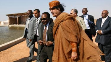 Gabons nu afdøde diktator, Omar Bongo (med slips og solbriller) flyttede ifølge en rapport i alt 110 mio. kr. ind i USA. Her er han i 2006 sammen med Libyens Gadaffi.