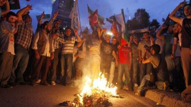Demonstranter foran den israelske ambassade i Tyrkiets hovedstad Istanbul brænder et billede af den tidligere israelske premierminister Ariel Sharon af, som reaktion på det israelske militærs angreb på en nødhjælpskonvoj mod Gaza.