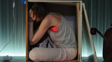 Maria Rich giver sig selv fuldstændigt i rollen som bombeoffer i sin egen forestilling Kære Osama på Teater Får 302.
