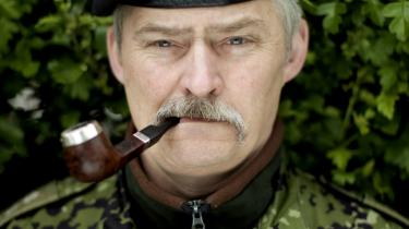 Image. Jeg var ikke klar over, at jeg dyrkede et macho-image. Jeg ser nu engang ud, som jeg gør, er ansat i forsvaret, hvor vi går i uniform og ryger cigarer/pibe. Det vil jeg ikke lave om på, mange har forsøgt - alle har fejlet, svarer Lars R. Møller.