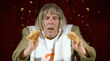 Når Bager Jørgen alias Søren Østergaard med friluftstænder, grydefrisure og ternede bukser på fuldtonet århusiansk tager fat og smadrer wienerbrød og tarteletter, er der tale om absurd, men nødvendig sjov humor.