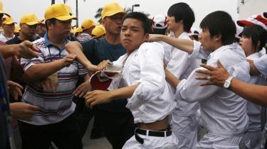 Arbejdere på en Honda-fabrik i Guangdong-provinsen i Kina kom for nyligt i slagsmål med fagforeningsrepræsentanter i forbindelse med en strejke for højere løn. I Kina kontrolleres fagforeningerne stadig af kommunistpartiet og er derfor mere interesserede i at bevare roen end at hjælpe arbejderne.
