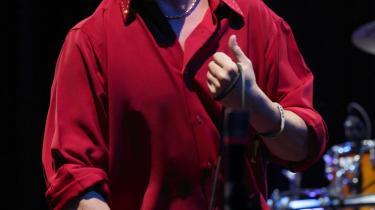 Den tidligere Faith No More-frontfigur, Mike Patton, gir den fremragende som intens, nogle gange overgearet smørtenor på sit seneste album, der spænder over et smukt dramatisk landskab af længsel - fra det lummert indsmigrende til det skingert rablende.