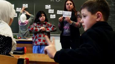 En undersøgelse fra 2007 viser, at forældre (både danske og med anden etnisk baggrund) begynder at trække deres børn ud, når mere end hver tredje elev på en skole er tosproget - og det er særligt de højtuddannede forældre, der gør det.