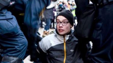 Titusinder af aktivister marcherede lørdag den 12. december fra Christiansborg til Bella Center på Amager. Undervejs blev der anholdt flere hundrede aktivister på Amagerbrogade. På dagen havde politiet store problemer med deres kommunikationssystemer. Der er blevet brugt godt 300 millioner gennem de 3 år, hvor projektet med et nyt system har kørt, og der er stadig ingen fremskridt. Nu står statens forhandlinger med leverandøren foran et kollaps.