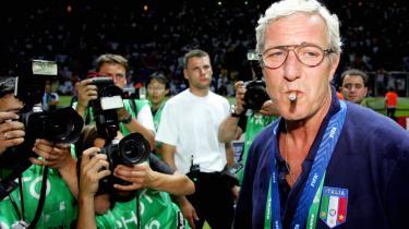 Marcello Lippi nyder cigaren efter finalesejren over Frankrig ved VM i 2006.