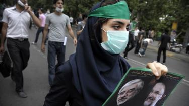 For et år siden gik millioner af iranerne på gaden i oprør over, præsident Mahmoud Ahmadinejads valgsejr. Her en støtte til præsidentkandidat Mousavi, der dengang måtte se sig slået af sin rival. Et år senere står regimet med Ahmadinejad i spidsen som udgangspunkt stærkt - men også præget af nervøsitet.