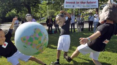 Sidste forhandlingsdag i Bonn foregik i fodbold-VM's tegn med FN-klimachef Yvo de Boer på podiet i gul Sydafrika-trøje - en gave fra klimaminister Lykke Friis - og med ngo'erne i et spil klimabold på de store CO2-udlederes vegne.