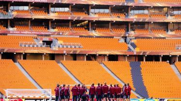 Landstræner Morten Olsen gav   i går instrukser til sine spillere ved den sidste træning i Johannesburg inden den første VM-kamp mod Holland i dag. Et af de store spørgsmål er, om landstræneren er villig til at indlede fornyelses-processen allerede i dag