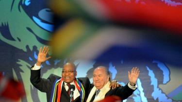 Den bedragerimistænkte FIFA-præsident er her i kammeratlig omgang med Sydafrikas præsident, Jacob Zuma, til åbningsceremonien ved VM i Johannesburg.