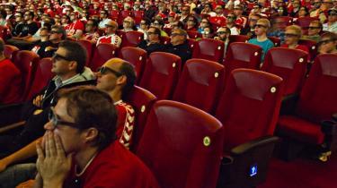 I går viste Imperial-biografen i København Danmarks kamp mod Holland live og i 3D. Spørgsmålet er blot, om det er bedre at lide nederlag i 3D - eller gør det bare mere ondt?