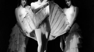 En ung Nini Theilade danser Bacchanale
