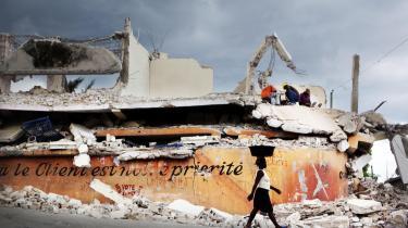 Rundt omkring i Port-au-Prince står folk oven på ruindynger og slår løs på de ødelagte bygninger med småt værktøj. Det organiserede genopbygningsarbejde er det sværere at få øje på.