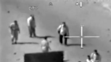 En efterretningsagent sidder på tredje uge fængslet under anklage for at lække en video af et helikopterangreb i Irak. Han hævder, at han nåede at sprede yderligere 260.000 fortrolige dokumenter, som Pentagon nu vil gøre alt for at stoppe