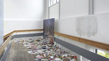 Sarah Sillehoved-Allaguis samfundskritiske maleri 'Grå velfærd / reklameskov' fra årets afgangsudstilling på Charlottenborg er eksempel på en politisk engageret kunst, vi kan komme til at se meget mere af som følge af den økonomiske krise.