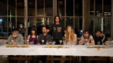 Multikulturelt persongalleri i filmen 'Soul Kitchen', der foregår i Hamborg. Kokken Shayn (t.v.) udtrykker sin vrede gennem kast med knive.