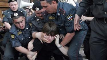 Det russiske politi er  så forhadt for sin korruption og brutalitet, at en bande nu driver klapjagt på betjente. Flere er blevet dræbt og mange såret. Og banden har støtte i befolkningen