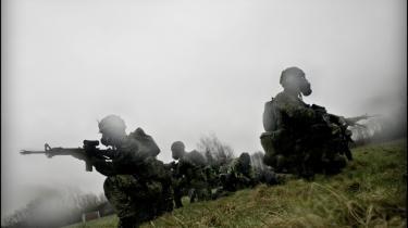 Forsvaret oplever et boom af unge, der vil i kamp efter endt værnepligt. 25.000 danskere har været i krig siden midt i 90'erne, og Danmark er den eneste nation, hvor befolkningen bakker op om operationerne i Afghanistan. Glemt er 1864, fodnoter og samarbejdspolitik