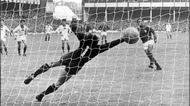 Nordkorea førte med 3-0, men Portugal endte med en 3-5 sejr. Superstjernen Eusébio løber bare rundt og smiler som en glad skoledreng selv efter sit fjerde mål. Ikke noget med selviscenesættelse og oppustede egoer.