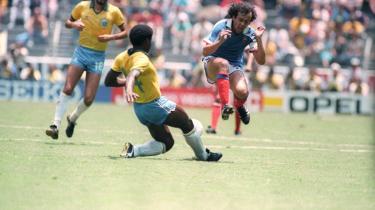 Michel Platini (t.h.) i fuldt firspring mod Brasilien.