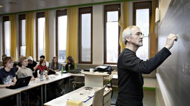 Folkeskolens lærere burde træde i karakter og befale ro i klassen. Uden arbejdsro er det fuldstændigt umuligt at lære eleverne dansk grammatik og engelske gloser.