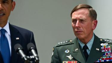 Han har besejret formidable fjender, men overlevede ikke sin egen mediebrøler. General McChrystal måtte tage sin afsked og blev erstattet med veteranen David Petraeus, der går en svær sommer i møde. Det samme gør Obama, hvis han skal genvinde grebet om såvel krigsstrategien som den hjemlige dagsorden