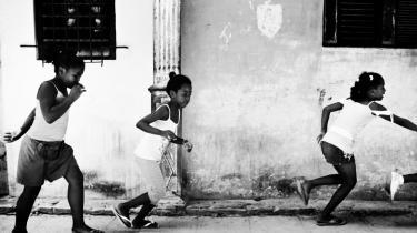 Selv forfaldet er smukt i Havanas gamle kvarterer som Habana Viejo, Centro og Vedado, hvor de overdådige gamle villaer er fyldt til randen med voksne, gamle og børn, der alle er på udkig efter penge på den ene eller anden måde.