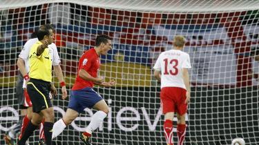 Chiles Mark Gonzalez fejrer sin scoring mod Schweiz i mandags, hvor sydamerikanerne vandt 1-0. Chilenernes problem er, at de ikke gav gav de destruktive schweizere den veritable røvfuld, de så inderligt fortjente. I aften risikerer de så at forlade VM med hele seks point i bagagen.