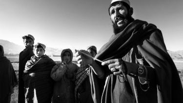 Niaz Mohammed overlevede den massakre på afghanske allierede, som den danske tolk fik førstehåndskendskab til. Efter angrebet i Hazar Khadam fandt landsbybeboerne flere lig, der var bagbundet med plastikstrips som dem, Mohammed står med her.