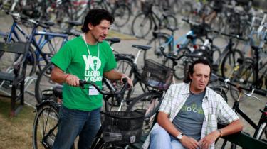 'Jeg græder - og hva så?', står der på Diego Puentes (th.) armbånd mod mandschauvinisme. Sammen med Cerda Rueda i den grønne T-shirt er han taget fra Ecuadors hovedstad Quito til København for at deltage i cykelkonferencen VeloCity. Hjemme i den katolske bjergby er det franske ungdomsoprør med lidt forsinkelse startet, og cykelfolket fører an.