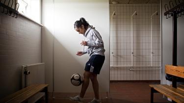 Stephanie Al-Naber jonglerer med bolden hos Fortuna Hjørring - som den første professionelle kvindelige spiller i Europa.