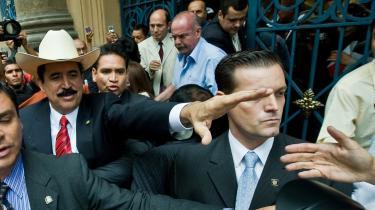 Den afsatte og landsforviste honduranske præsident Manuel Zelaya rækker ud til sin tilhængere i Mexico City. Et par måneder efter han blev kuppet er hans strategi, at hvis bare han kan komme ind i landet - ind til sit folk - så vil masserne bære ham i guldstol tilbage til præsident-paladset.