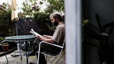 Niels Hougaard og Helle Bliddal har fået solceller på taget,   og tjener nu penge på el, når solen skinner.