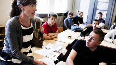 Jane Madsbøll Drejer (tv) underviser her en 8. klasse på Øster Farimagsgadens Skole i København.