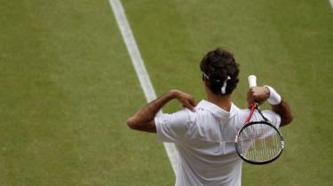 En skade i ryggen og højre ben er en del af forklaringen på, at Roger Federer overraskende tabte sin Wimbledon-kvartfinale til Tomas Berdych. Det fortæller den seksdobbelte Wimbledon-vinder og forsvarende mester efter onsdagens nederlag til den tjekkiske modstander.