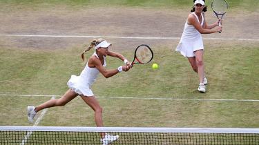 Sammen udgjorde Anna Kournikova og Martina Hingis i 90'erne verdens bedste doublepar og vandt 11 titler. I år stiller de op, 29 år gamle og for længst pensionerede, i den såkaldte Invitational Doubles, for tidligere stjernespillere, der her i turneringens anden uge hygger sig på Wimbledon-anlæggets sekundære arenaer.