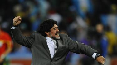 Egoer. Når Maradona er i topform giver han altid et verdensmesterskab et ekstra løft, både inden for og uden for kridtstregerne. Også hans tyske modpart, træner Joachim Löw har de neutrale beskuere meget at takke for. Den afdæmpede fodboldstrateg med Beatleshåret er måske Maradonas modpart på det personlige plan, men rent spillemæssigt deler de samme filosofi. I dag skal de mødes.
