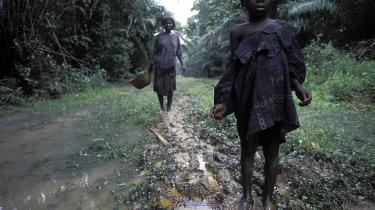 Et barn fra Ijad-stammen i Nigerias Delta viser olierester frem, som har ødelagt landbrugsjorden og vandet i familiens landsby. Det vurderes, at der hvert år udledes lige så meget olie i Nigeria, som Deepwater Horizon-katastrofen foreløbig har ledt ud i Den Mexicanske Golf. Men der er noget mindre opmærksomhed om udslippet i det afrikanske land.