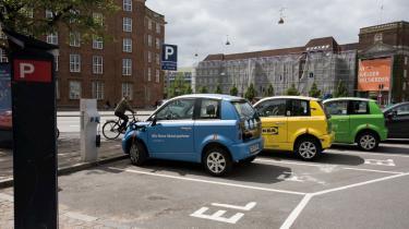 Hvis antallet af biler og belastningen af klima og luftmiljø skal ned, så må elbiler på delebasis være svaret. Det mener et ungt firma, der er kommet først med en grøn delebilsordning i København og nu ekspanderer internationalt. Fed ordning, siger tilfreds bruger