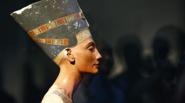 Busten af Nefertiti står alene og majestætisk i Berlins Neues Museum, upåvirket af hvor eftertraget hun er af både tilskuere og nationer, der kæmper om retten til den egyptiske dronnings efterladte billede.