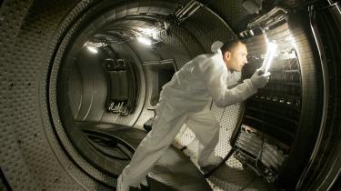 ITER er et akronym for International Thermonuclear Experimental Reactor og betyder i øvrigt 'vej(en)' på latin. Det er et fællesprojekt for EU, USA, Rusland, Kina, Japan, Indien og Sydkorea om at opføre et forsøgsanlæg i Cadarache i Frankrig, der skal vise, om det er teknisk og videnskabeligt muligt at producere energi ved fusion. Her ses en forsker ved anlægget, der endnu ikke er færdigbygget.