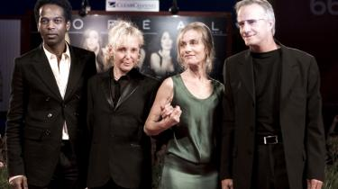 Christopher Lambert (t.h.) ved siden af skuespillerinden Isabelle Huppert og instruktør Claire Denis og skuespiller William Nadylam ved premieren på filmen 'White Material'.