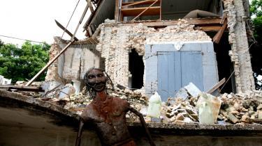 Det var ikke kun menneskeliv og huse, der gik tabt, da en af verdenshistoriens værste naturkatastrofer ramte Haiti i januar. Tusindvis af de kunstværker, der er landets stolteste produkt, gik tabt i ruinerne, men en målrettet indsats fra haitianere og internationale kunstinstitutioner skal redde værkerne skabt  ud af en af verdens mest særegne og originale kunsttraditioner