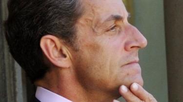 Frankrigs præsident har tætte bånd til nationens største medier. Er Sarkozy greb om den franske offentlighed ved at blive lige så stramt som Berlusconis om den italienske?